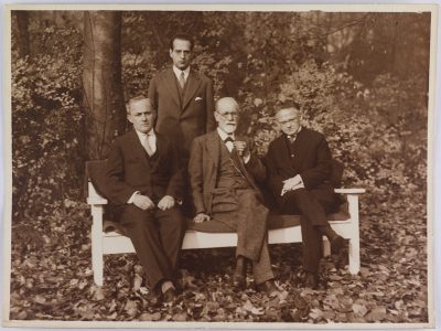 Image of Moshe Wolff, Sigmund Freud, Ernst Simmel and Michael Balint(?)
